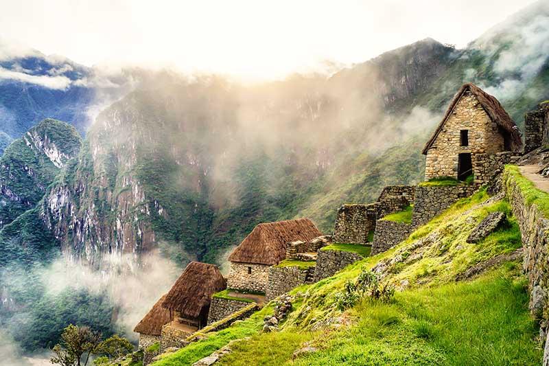 Ciudad inca de Machu Picchu cubierta por la niebla