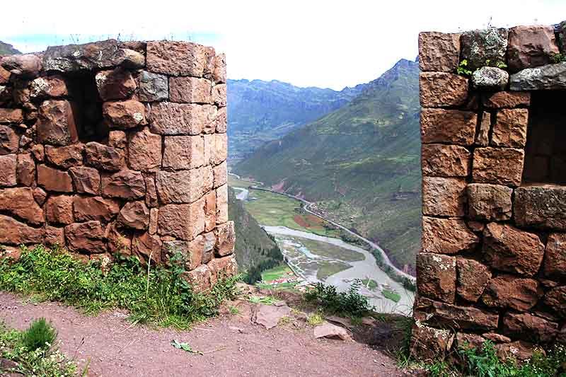 Vista del valle sagrado de los incas desde la antigua ciudad inca de Pisac