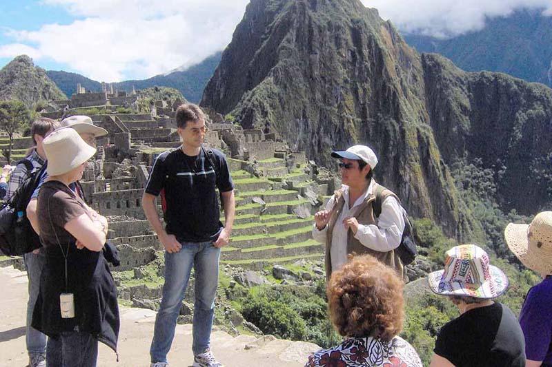 Guía haciendo el servicio de guiado en Machu Picchu