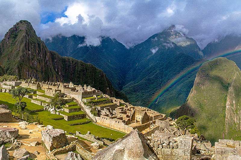 Vista de Machu Picchu con un arcoíris