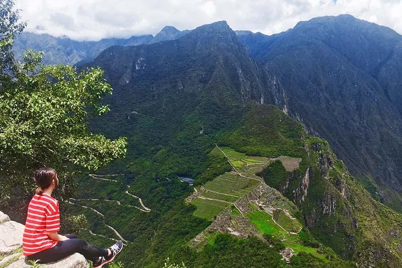 Turista en la cima de la montaña Huayna Picchu