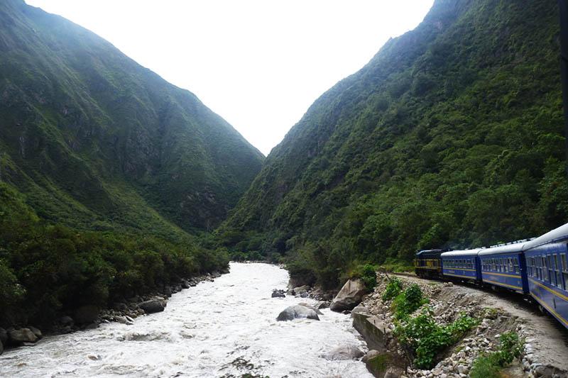 Trem com rumo a Machu Picchu
