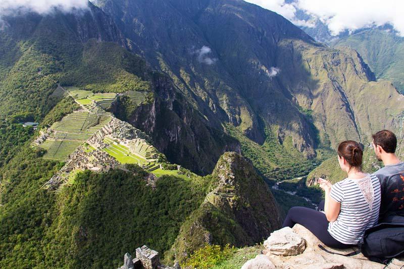 Turista en la cima del Huayna Picchu