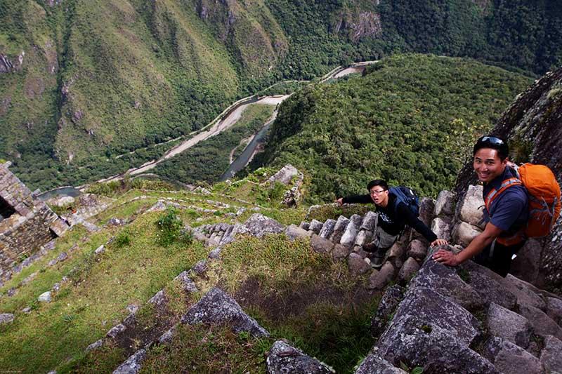 Turistas en la montaña Huayna Picchu