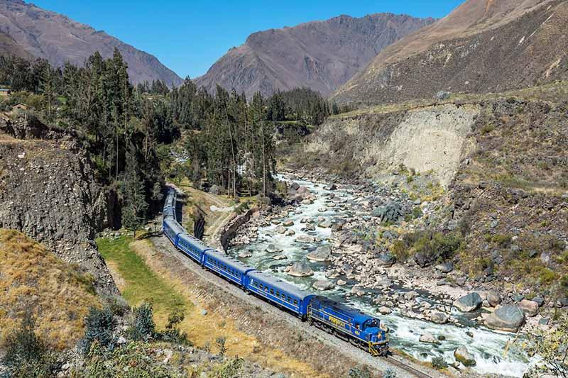 Tren recorriendo el Valle Sagrado con rumbo a Machu Picchu