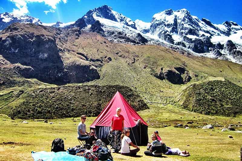 Turistas acampantes en la caminta Salkantay