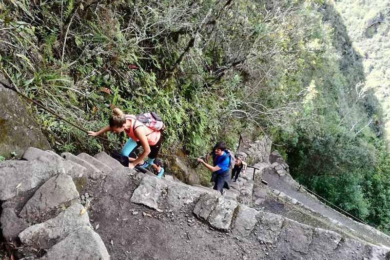 Turistas haciendo el recorrido de subida a la montaña Huayna Picchu
