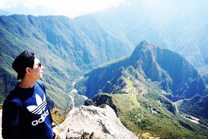 Turista observando el paisaje desde la montaña Machu Picchu