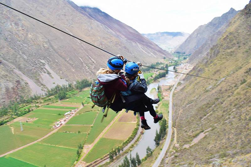 Turistas practicando canopy en el Valle Sagrado de los incas en Cusco