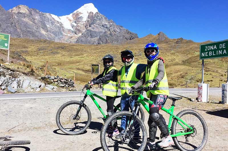 Turistas haciendo ciclismo en el paso Málaga Cusco