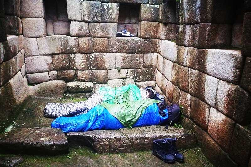Turistas argentinos sorprendidos durmiendo en Machu Picchu