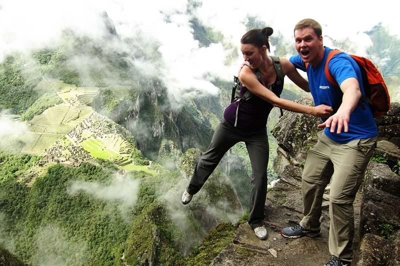 Turistas recorriendo la montaña Huayna Picchu
