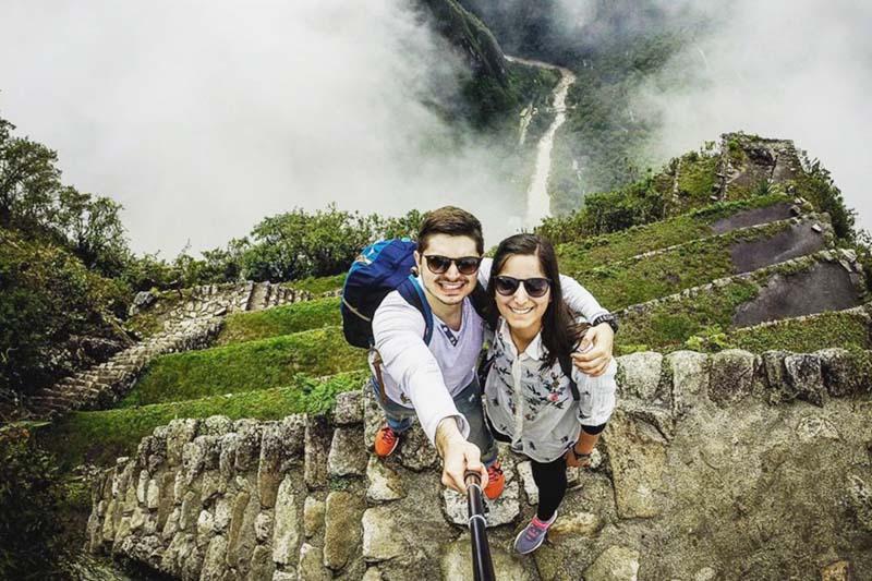 Turistas subiendo a la montaña Huayna Picchu