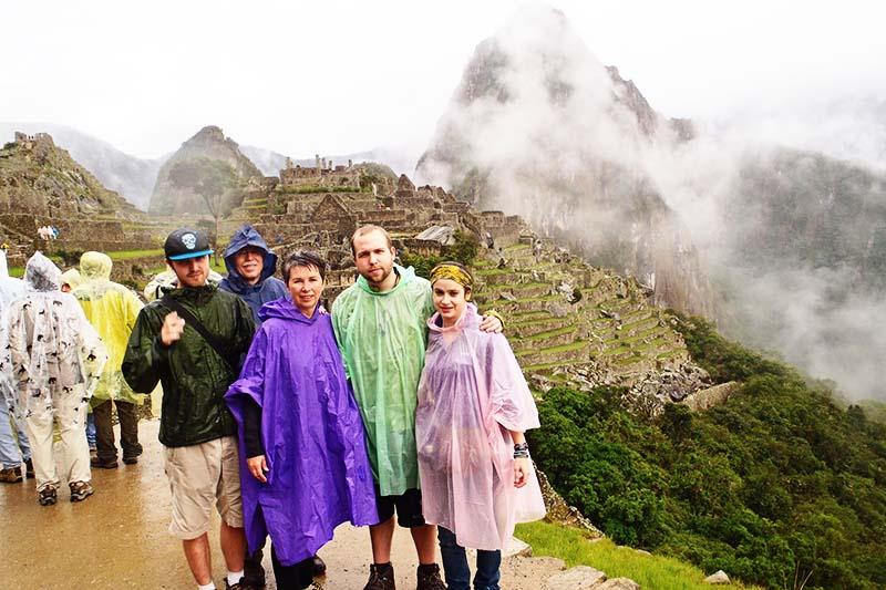 Turistas en Machu Picchu en la estación de lluvias