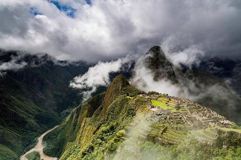 Machu Picchu cubierta de nubes y niebla en la temporada de lluvias