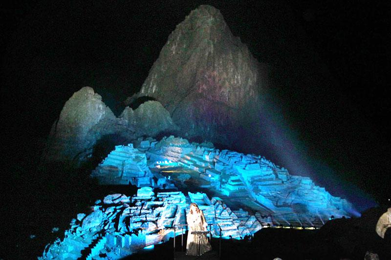 Machu Picchu iluminada en la noche por sus 100 años