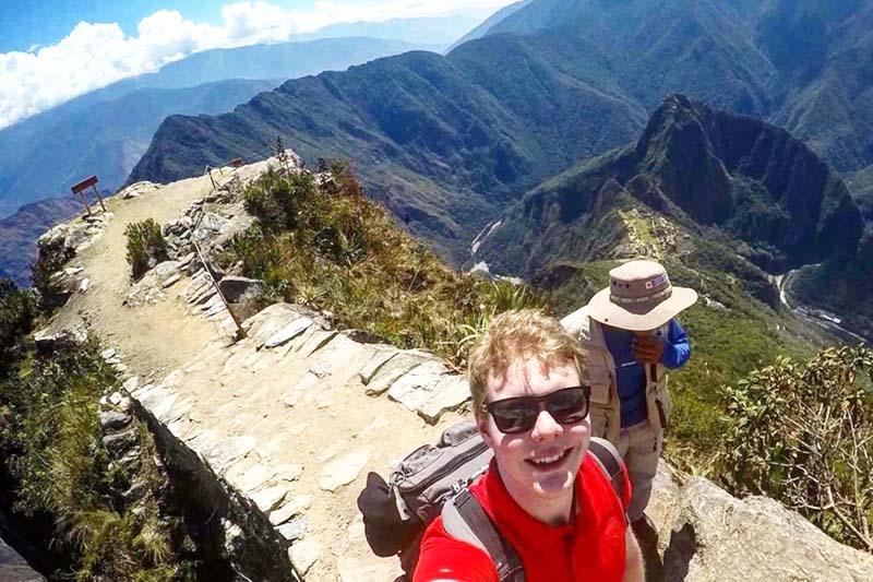 Turistas recorriendo los caminos de la montaña Machu Picchu
