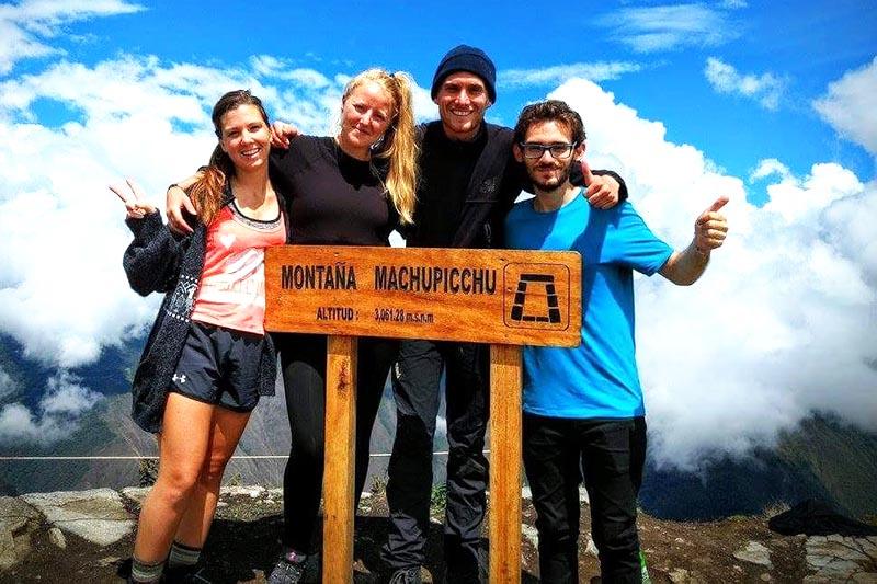 Turistas en la cima de la montaña Machu Picchu