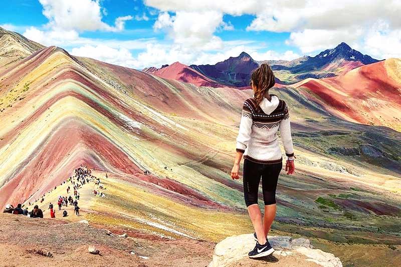 Turista mirando la montaña de 7 colores