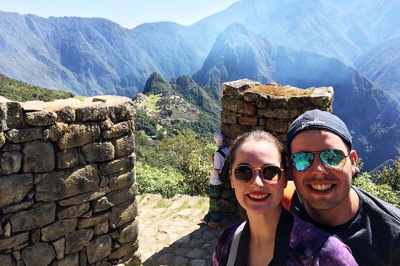 Turistas en la Puerta del Sol en Machu Picchu