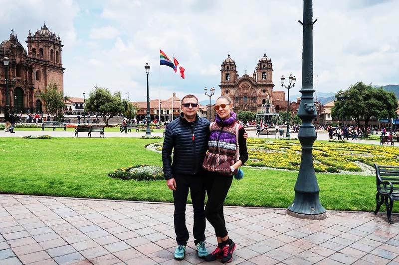 Pareja de visitantes en la plaza principal del Cusco