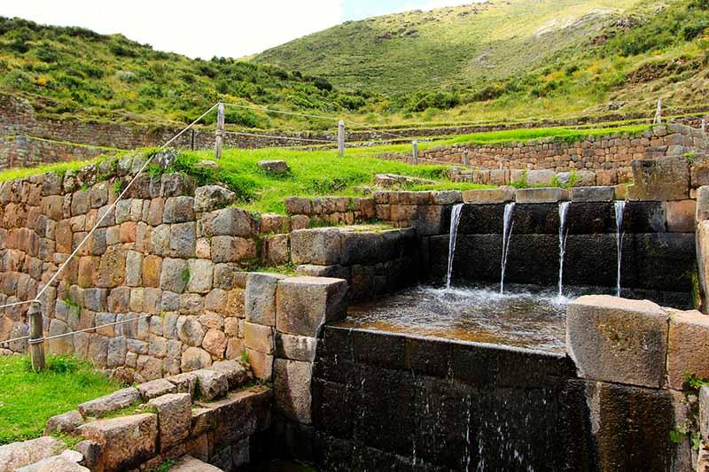 Vista de la fuentes de agua de Tipón