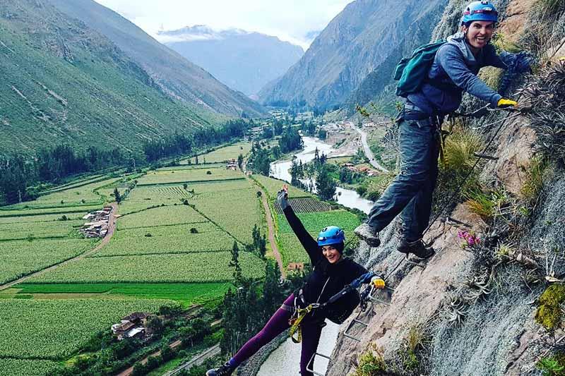 Turistas practicando vía ferrata en el Valle Sagrado Cusco