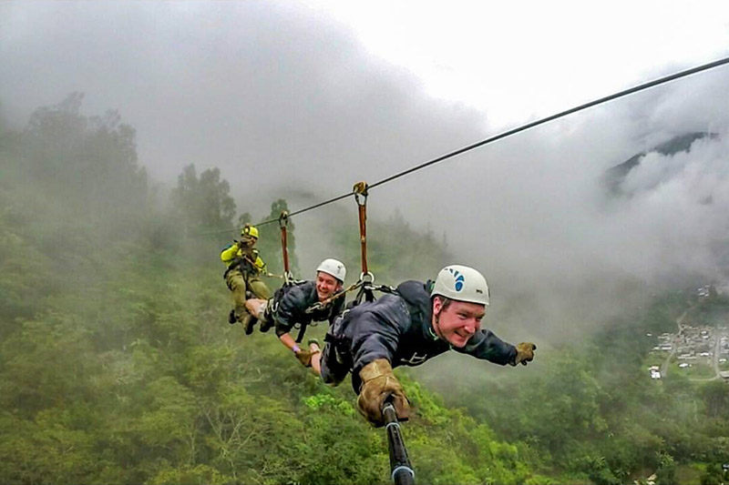 Turistas haciendo zipline o tirolesa en Santa Teresa camino a Machu Picchu