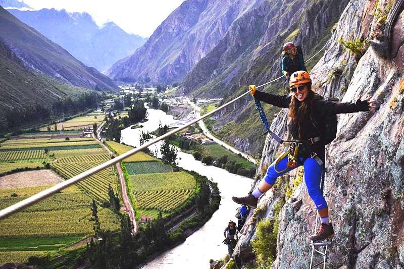 Visitantes haciendo deportes de aventura en el Valle Sagrado de los Incas
