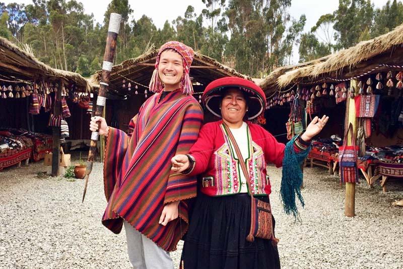 Turista compartiendo las tradiciones del pobladores del Valle Sagrado