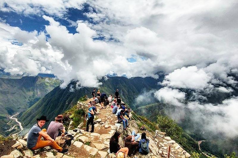 Turistas recorriendo la montaña Machu Picchu