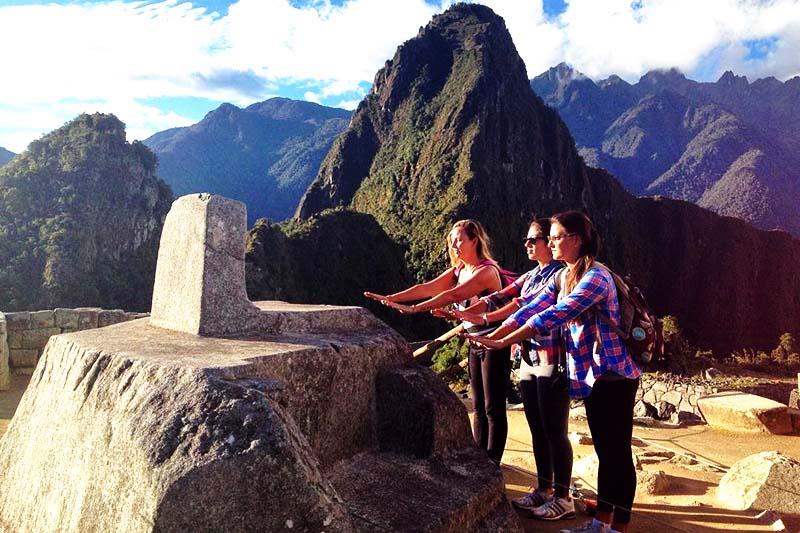 Turistas sintiendo la energía que irradia Machu Picchu