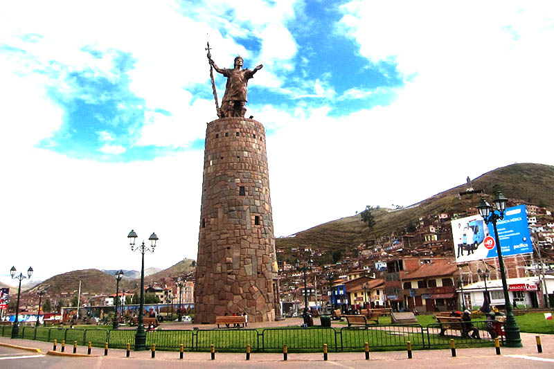 Monumento al inca Pachacutec en la ciudad del Cusco