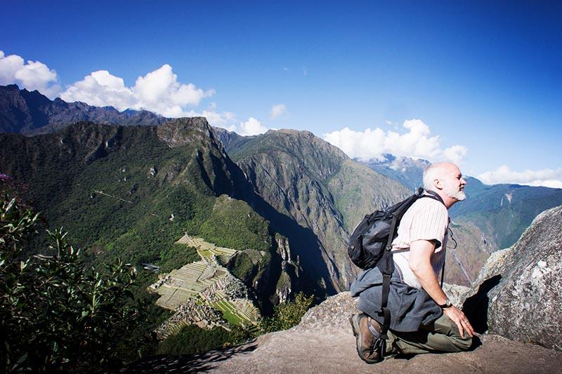 Turista llegando a la cima de la montaña Huayna Picchu
