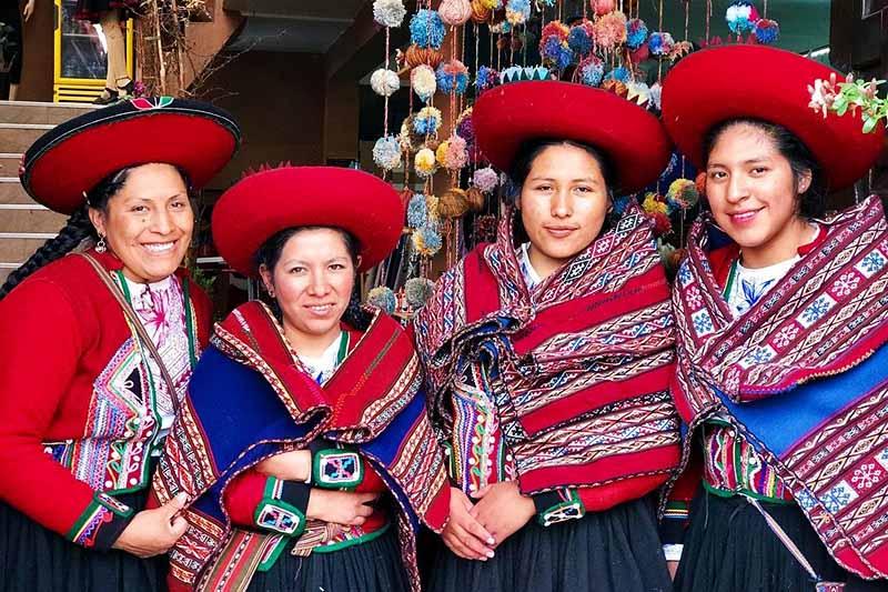 Pobladores de Chinchero con sus prenda tipicas