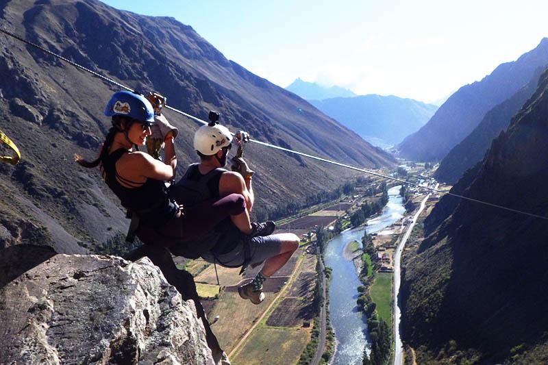 Pareja haciendo zipline en el Valle Sagrado de los Incas