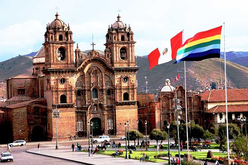 La bandera del Cusco en la plaza principal de la ciudad