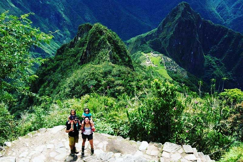 Turistas haciendo el ascenso a la montaña Machu Picchu