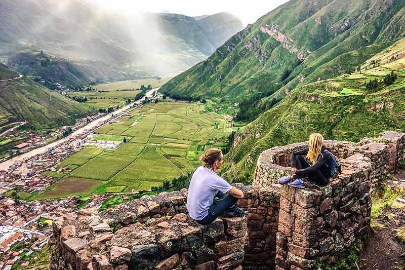 Turista mirando el Valle Sagrado