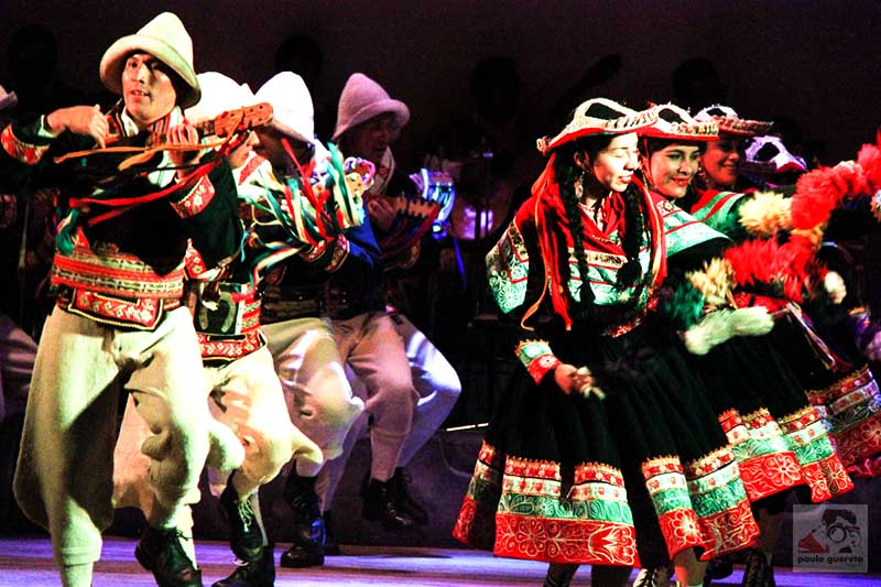Danzantes en pleno espectáculo del Centro Qosqo de Arte Nativo