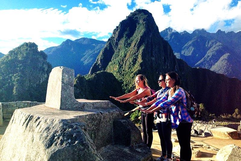Turistas sintiendo al energía de Machu Picchu