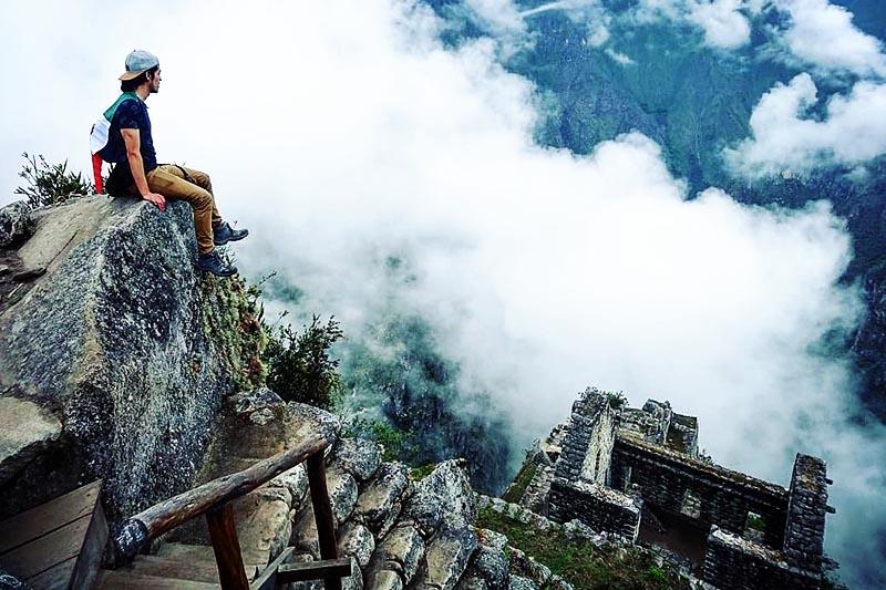 Turista descansando en la montaña Huayna Picchu
