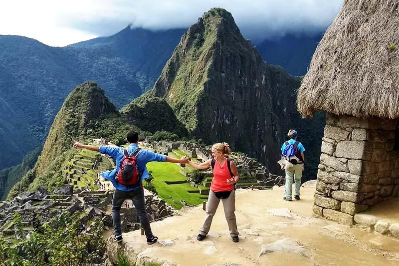 Turistas divirtiendose en Machu Picchu