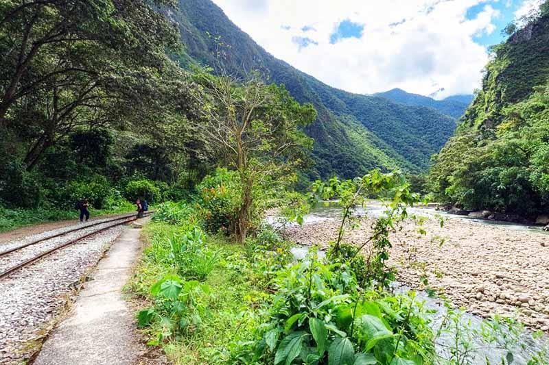 Paisaje del camino de hidroeléctrica hasta Aguas Calientes