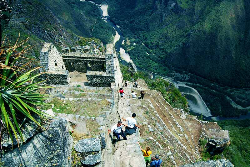 Turistas subiendo al Huayna Picchu