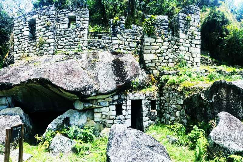 El templo de la Luna en la montaña Huayna Picchu