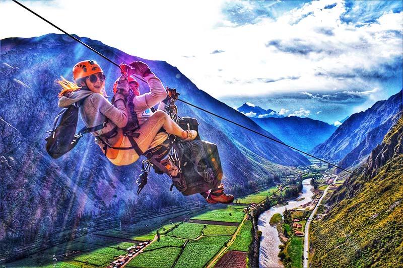 Turistas practicando zipline en el Valle Sagrado