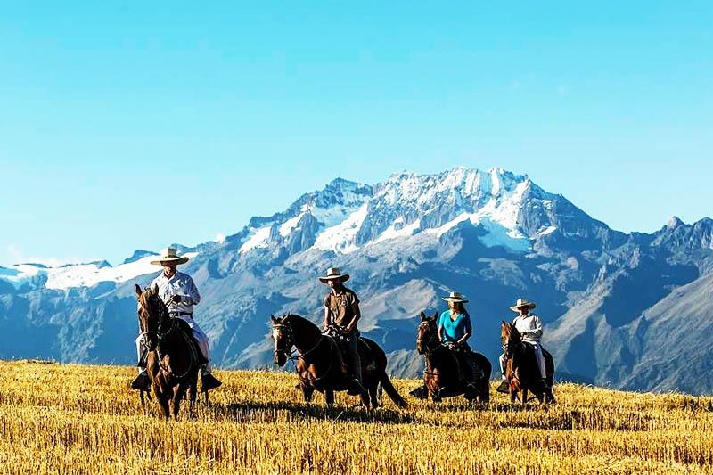Turistas cabalgando en el Valle Sagrado