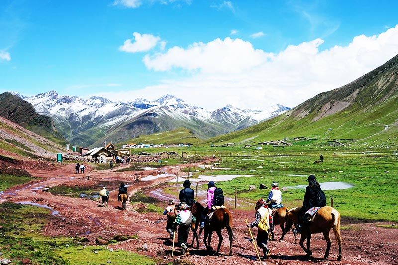 Vista del paisaje al empezar el recorrido hacia la montaña de 7 colores