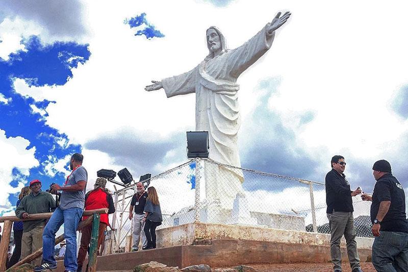 Turistas junto al Cristo Blanco en el Cusco